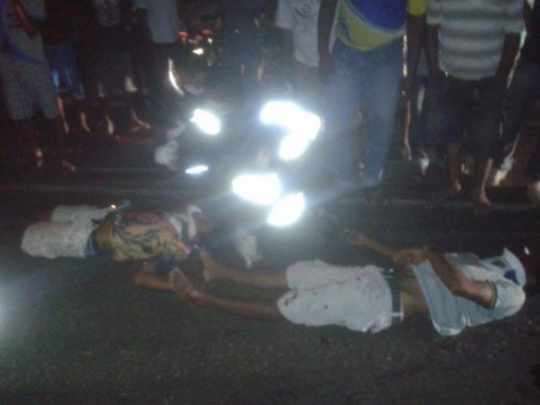 Dois homens ficam feridos ao baterem de moto em uma vaca na BR 230 em Oeiras