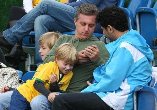 Luciano Huck leva filhos ao treino da Seleção Brasileira