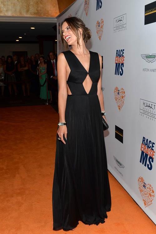 Alessandra Ambrio arrasa com vestido todo decotado em evento