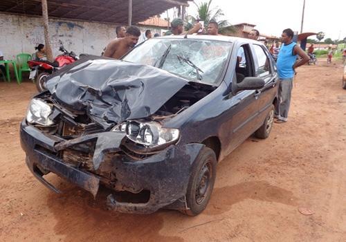 Colisão violenta entre carro e moto em JFreitas deixa casal em estado grave