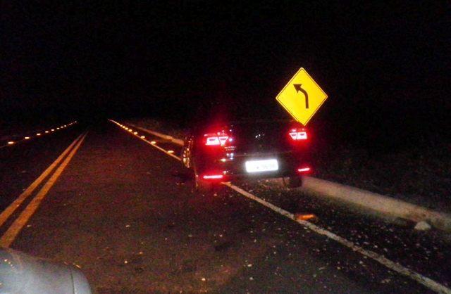 Carro bate em buraco na ponte e por pouco não desce ribanceira