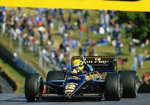 Lotus 1985 de Ayrton Senna vai  pista em ヘmola e encerra tributo ao piloto