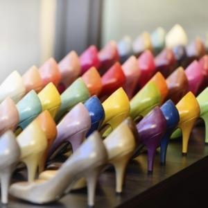 Sapatos da noiva podem ser coloridos e modernos; veja ideias