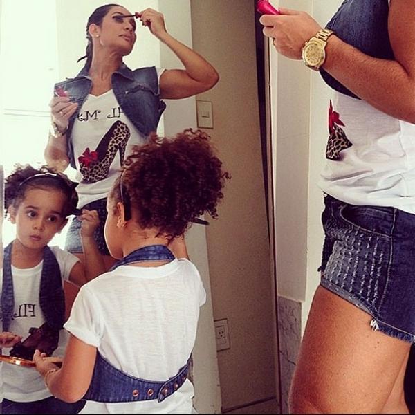 Scheila Carvalho mostra filha se maquiando e com roupa igual a dela