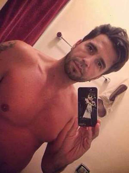 Sem camisa, cantor Latino faz selfie no espelho e afirma: