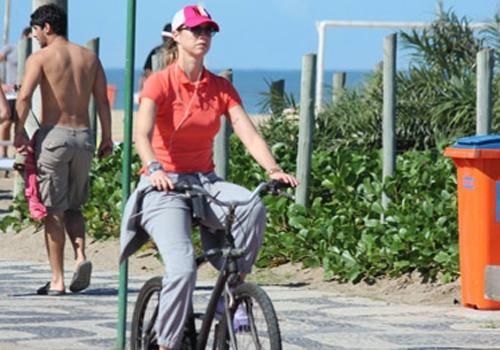 Luana Piovani pedala na orla da praia do Leblon e mostra disposição