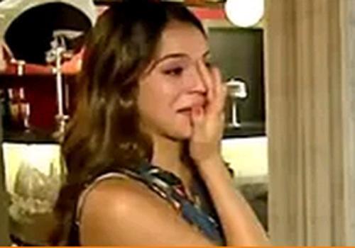 Marquezine chora após cena de briga e ganha abraço de Lemmertz: