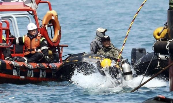 Mergulhador que resgatava corpos de balsa morre na Coreia do Sul