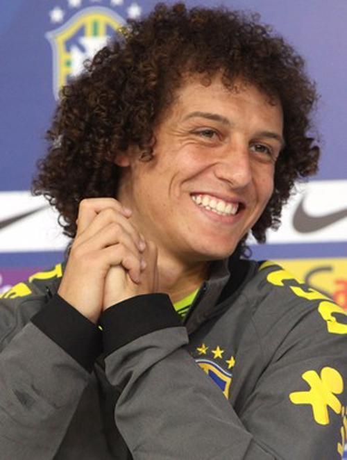 Zagueiro David Luiz esbanja simpatia durante entrevista