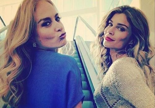Angélica posa com Grazi Massafera em shopping e manda beijinho