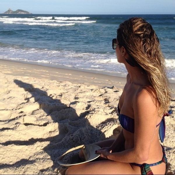 Deborah Secco exibe corpo sequinho em foto na praia