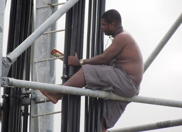 Homem que ameaçava pular de torre é convencido a descer em Campo Maior-PI