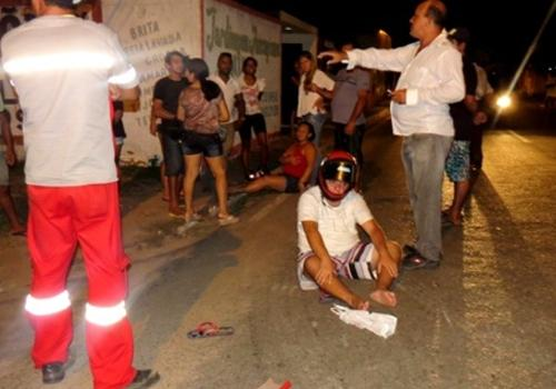 Motoqueiro invade preferencial e deixa dois feridos após colisão