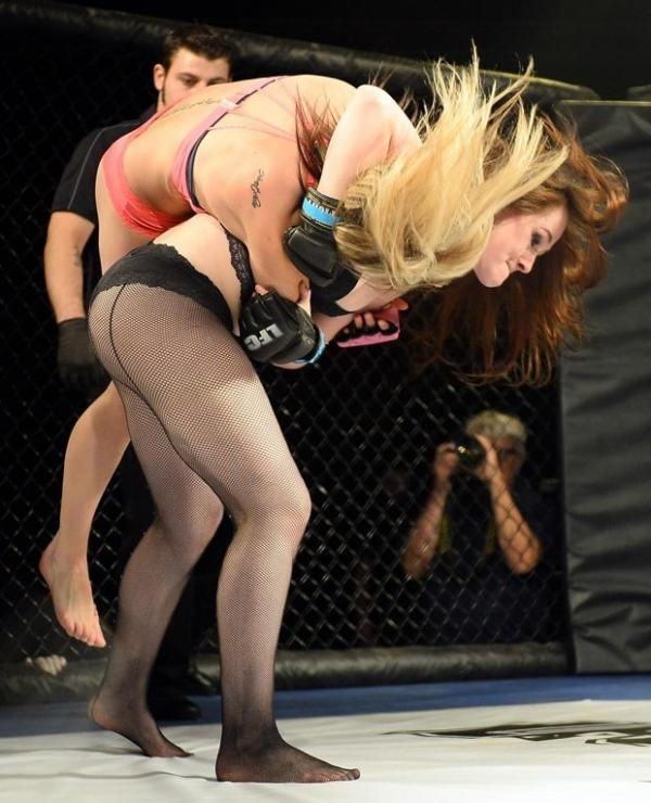 Mulheres competem só de lingerie em versão sexy do UFC em Las Vegas
