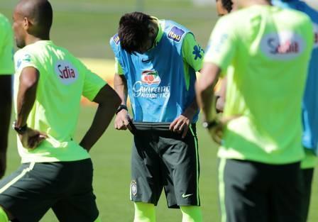 Neymar faz ?striptease? durante treino da seleção na Granja Comary