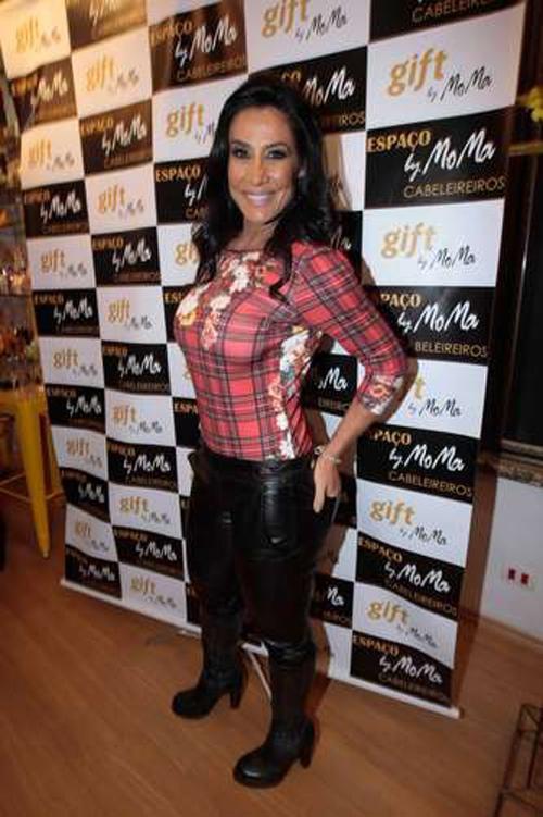 Sheila Carvalho mostra curvas em evento de beleza em SP