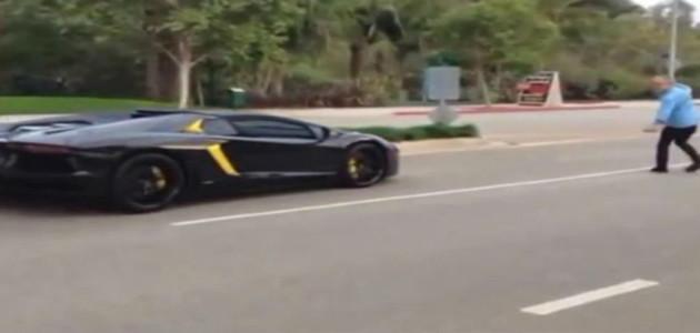 Homem ataca Lamborghini Aventador a pedradas em rua nos Estados Unidos; assista o vídeo