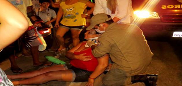 Motoqueiro invade uma rua preferencial e deixa duas pessoas feridas após colisão