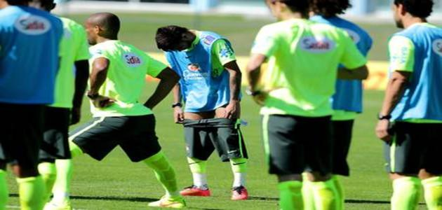 Neymar faz 'striptease' em treino da seleção brasileira na Granja