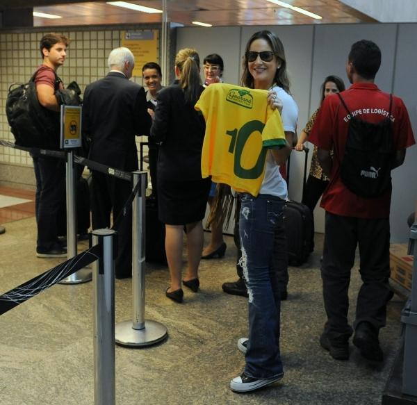 Claudia Leitte embarca para Barcelona com camisa do Brasil