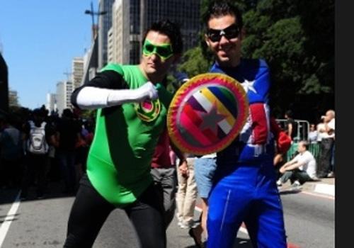 Com participantes fantasiados, começa a 18º Parada do Orgulho Gay que pede a