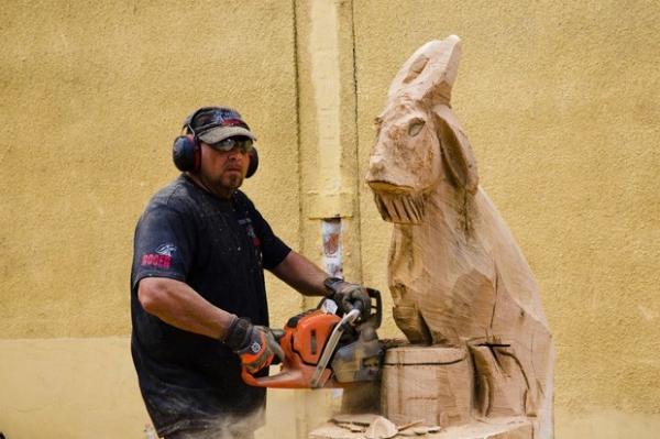 Festival tem concurso de esculturas com motosserra na Alemanha