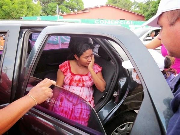 Grávida de sete meses sofre acidente de moto com um micro-ônibus