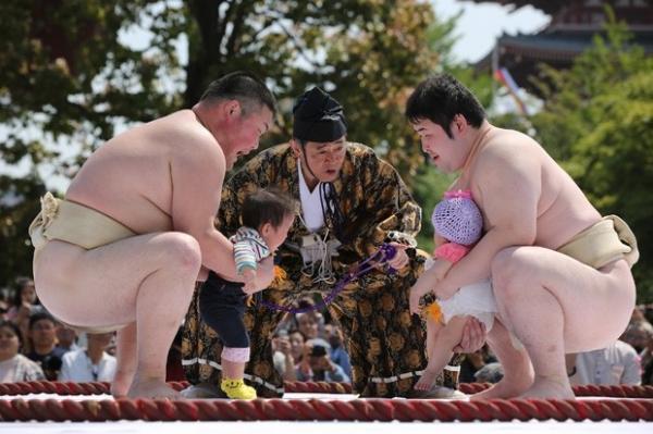 Lutadores de sumô seguram
