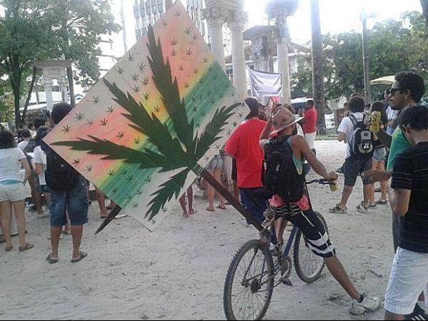 Marcha da Maconha re佖e cerca de 500 pessoas na ruas do Recife