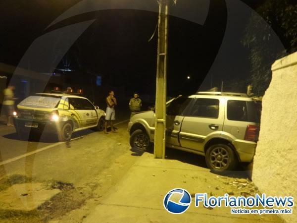 Motorista derruba muro de residência e foge deixando o veículo