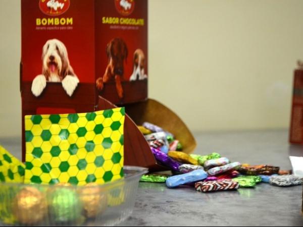 Petisco sabor chocolate para cães ganha versão especial para Copa