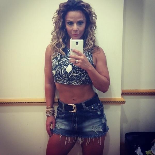 Viviane Araújo posa com look sexy com barriga de fora: