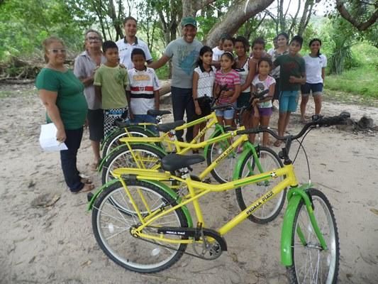 Prefeito Joel entrega bicicletas para estudantes da zona rural de Miguel Leão