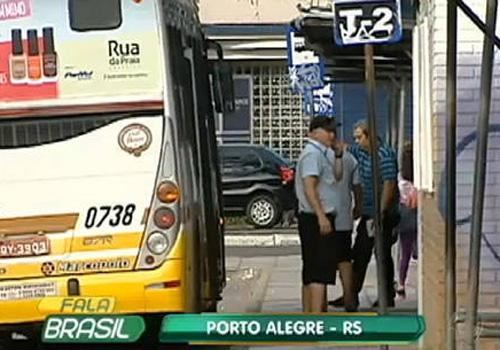 Cobrador de ônibus esfaqueia passageiros que reclamam de atraso