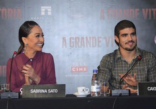 Com look transparente, Sabrina Sato lança filme ao lado de Caio Castro