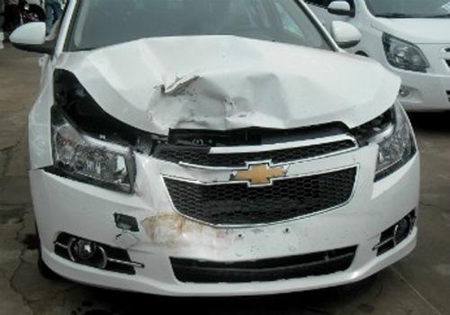 Criança bate carro de R$ 80 mil após roubá-lo de loja