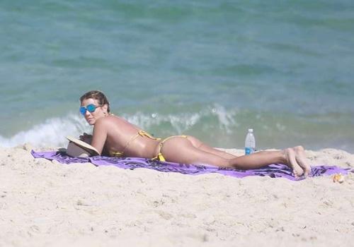 De fio-dental, atriz Christine Fernandes exibe a sua boa forma em praia do Rio