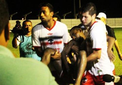 Jogador passa mal, desmaia e torcedor adversário dispara: