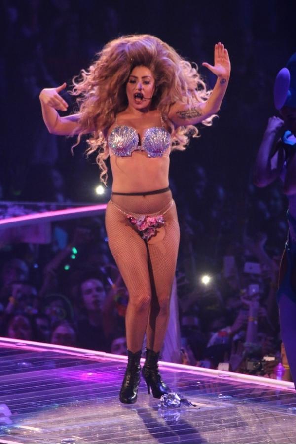 Lady Gaga faz show de biqu匤i, peruca e meia arrast縊