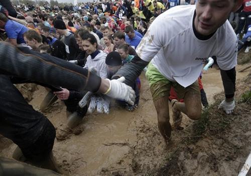 Mais de 6 mil encaram lama e outros obstáculos em corrida na Letônia