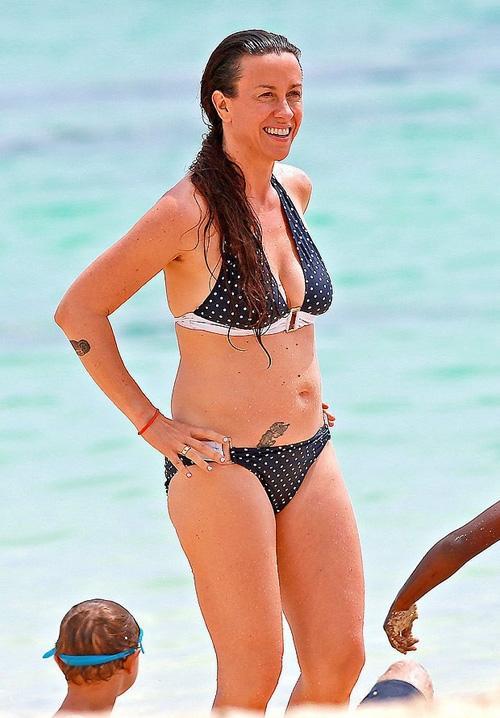 Quase quarentona, Alanis Morissette mostra tatuagem sensual de biquíni