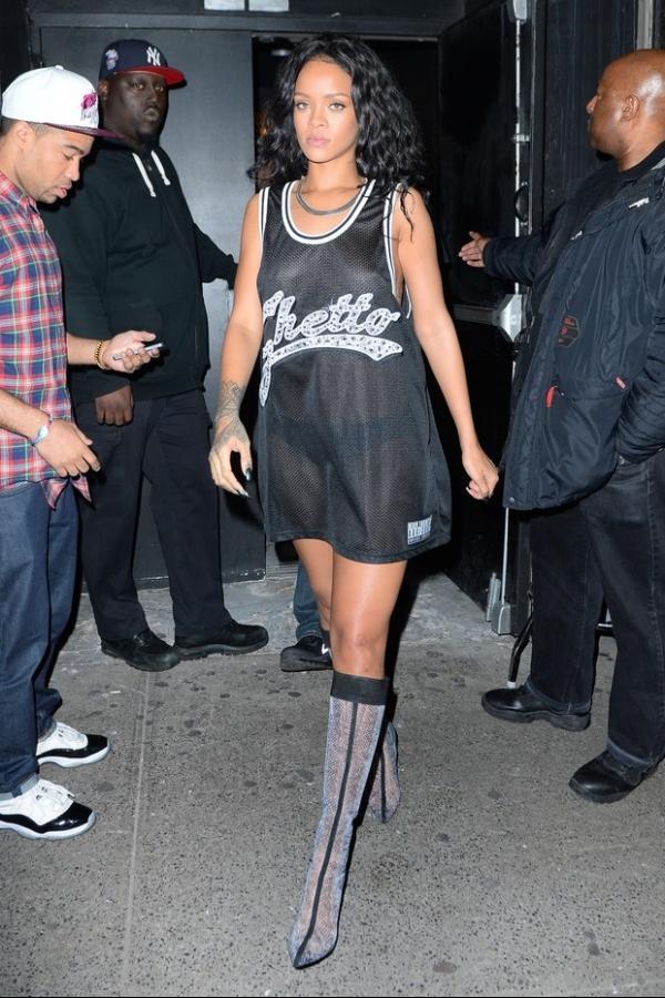Rihanna esquece sutiã e calça em casa e sai com regata transparente e saltão