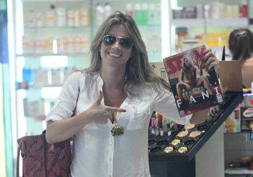 Decotada, Fani Pacheco quase mostra demais em aeroporto no Rio