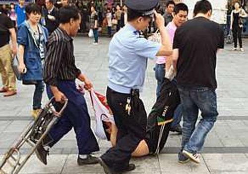 Homem fere seis pessoas a facadas em estação de trem na China