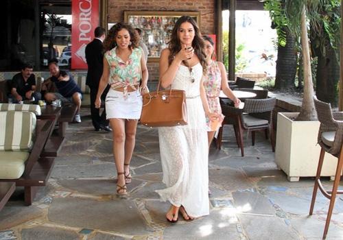 Marquezine e Viviane Pasmanter almoçam juntos com elenco de novela