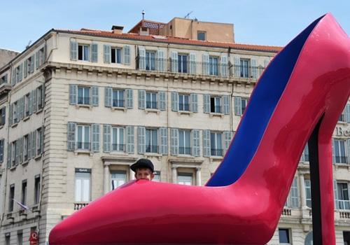 Menino se esconde em sapato de salto alto gigante na França