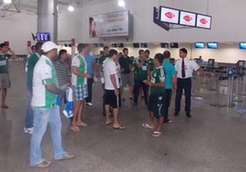 Palmeiras evita imprensa e torcedores no desembarque em São Luís