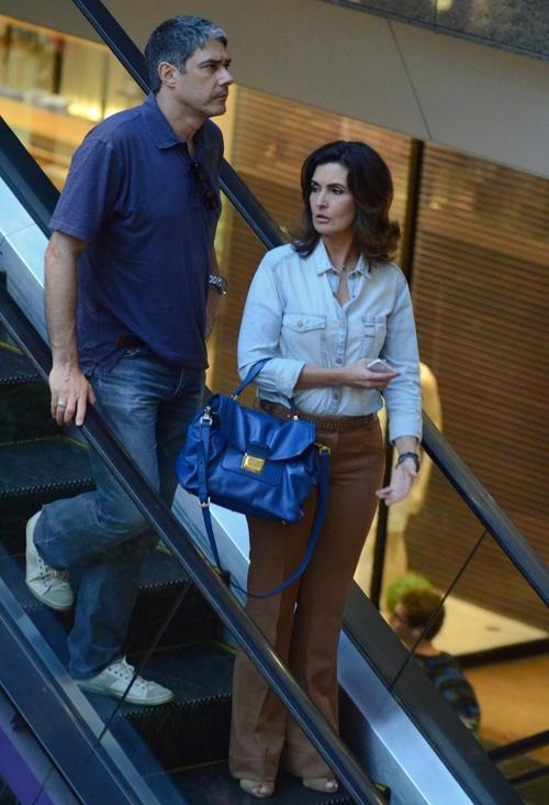 William Bonner e Fátima Bernardes tiram a tarde para passear em shopping