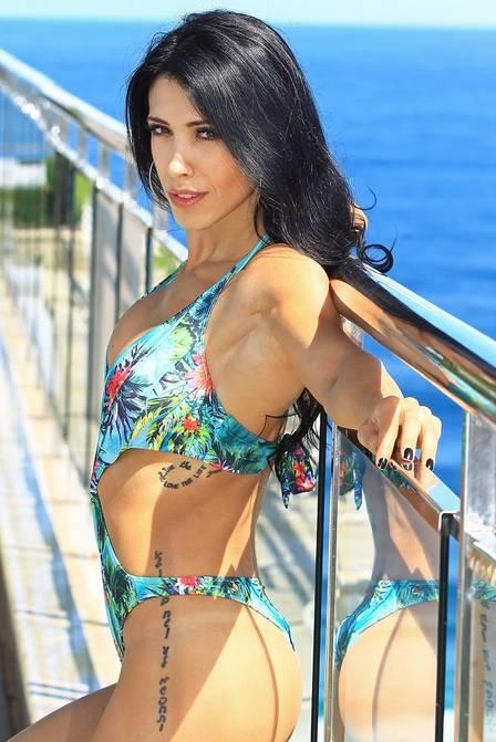 Bella Falconi mostra corpão em ensaio e revela que sofreu bullying por ser magra