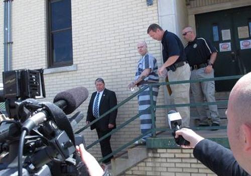 Casal condenado à prisão perpétua nos EUA sorri e se beija ao receber sentença